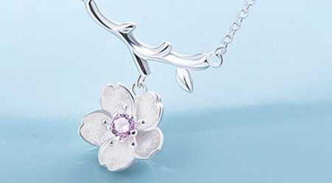 胸のあたりではかなく揺れる桜ペンダント